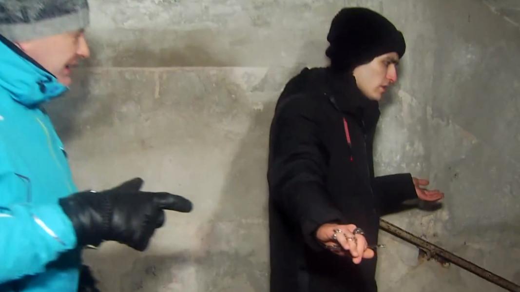 Олег ищет человека на территории детского лагеря