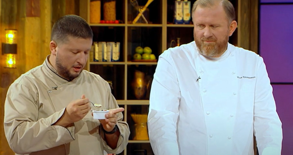 Константин Ивлев и Ренат Агзамов пробуют десерт приготовленный участниками