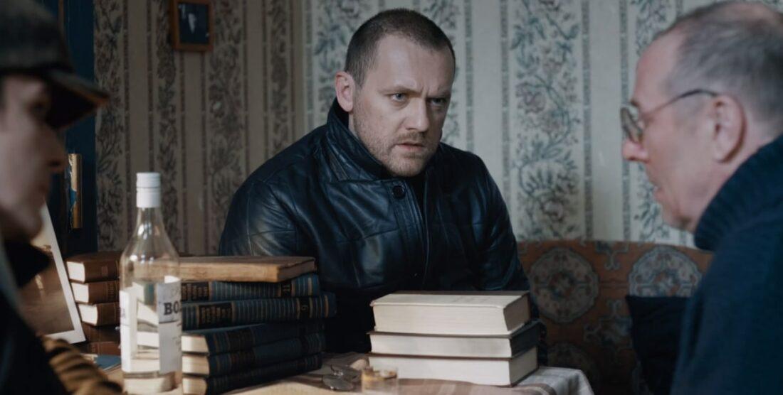 Сериал «Волк»: Экскурсовод Стогниенко рассказывает Волку и Боре, что его отца убили из-за коробки с кинопленкой