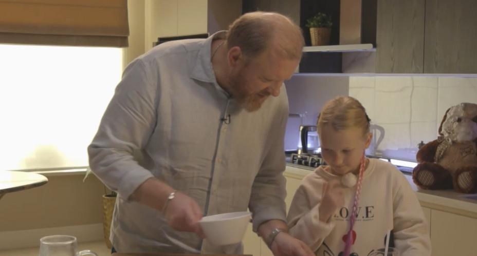 Константин Ивлев и Маша готовят десерт