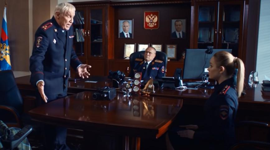 Виктору Сергеевичу передают андроида